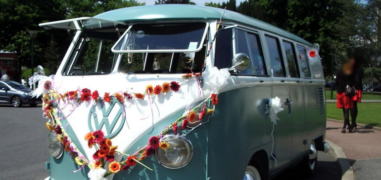 Un mariage rétro grâce à un combi VW authentique