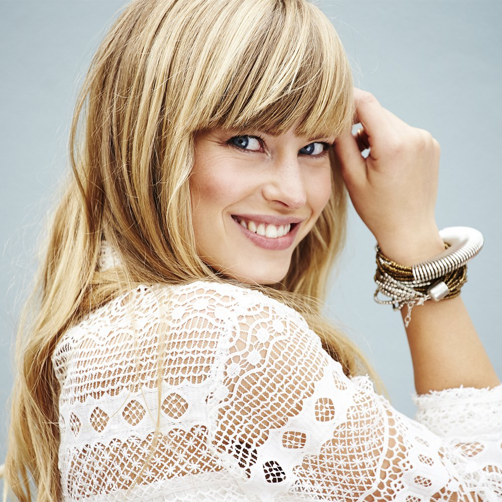 Une femme heureuse de porter son bijou