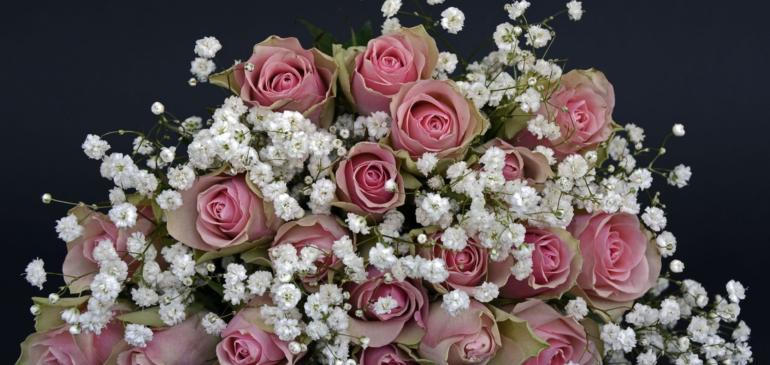 Les fleurs sont au centre de la décoration de mariage